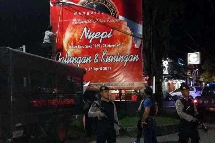 Polisi Bersenjata Turunkan Baliho