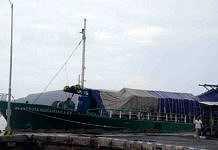 Layanan mudik ke Madura menggunakan kapal dari Pelabuhan Tanjungwangi, Banyuwangi, Jawa Timur (Jatim), terganggu, Rabu (21/6). Pemicunya, kapal Prima Nusantara 01 rute Banyuwangi-Madura batal berangkat akibat mesin rusak. Sebanyak 150 penumpang terpaksa menunggu di atas kapal sambil menunggu perbaikan mesin.