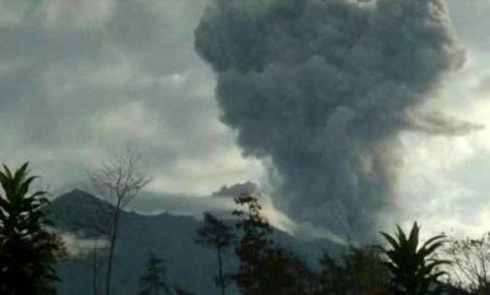 Amlapura Balipost Com Bertepatan Dengan Hari Raya Siwaratri Gunung Agung Kembali Mengalami Erupsi Pada Senin   Letusan Dengan Ketinggian Asap