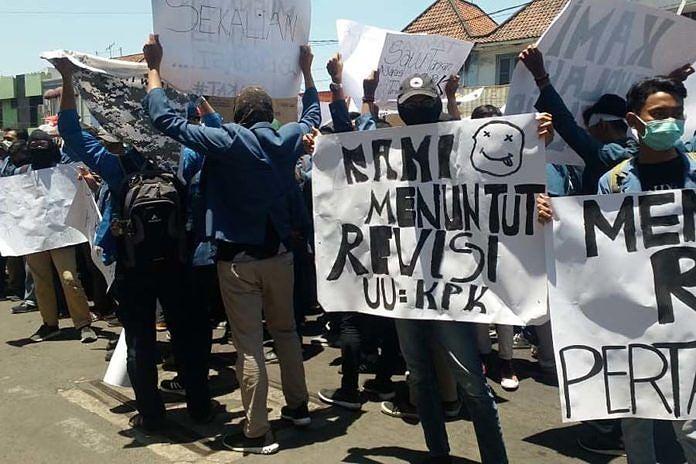 Surabaya Jadi Lautan Demo Mahasiswa Desak Jokowi Terbitkan