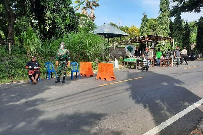 Tim gabungan melaksanakan penjagaan di pintu masuk Desa Bondalem, Kecamatan Tejakula. (BP/mud)