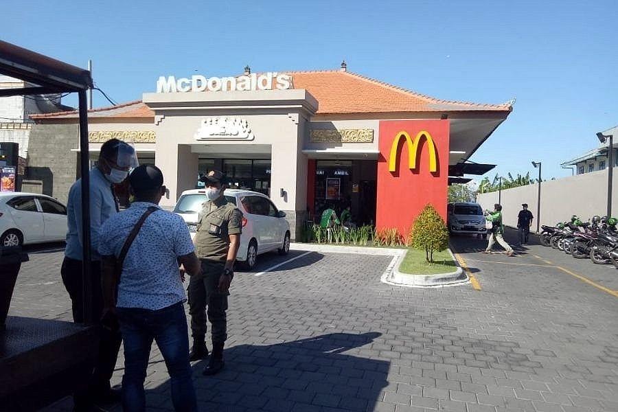 Antrean Panjang di Tengah Pandemi, Satpol PP Denpasar Datangi Gerai McDonald's 1